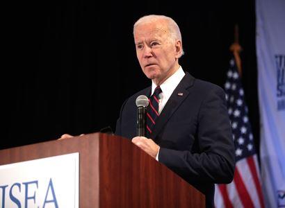 VIDEO Co to sakra je? Joe Biden chtěl udělat dojem. Masivní mítink, silný politik, favorit voleb. Ale vylezlo tohle...