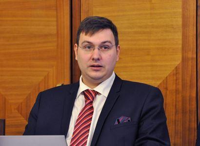 Pirát se pustil do předsedy KSČM: Jste reklamní maskot Omnipolu. Fotíte se v jejich roušce