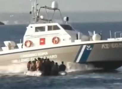 Otáčel lodě migrantů! Ať odejde, zlobí se Brusel na šéfa pohraničníků. Ten se nedá