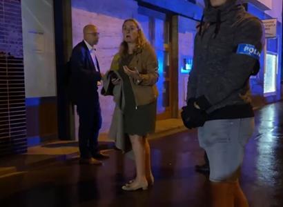 """VIDEO """"Madam, vraťte se ke kolegům! Hned!"""" Strkačka s policií. Prominentnka Hybášková, žena Ivana Gabala, udělala scénu po bouračce"""