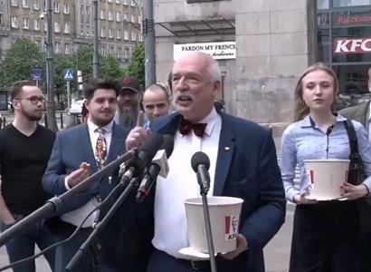 """Měsíc bude jíst jen v KFC a McDonalds. """"Neumřu,"""" vzkazuje polský politik s kyblíkem kuřete"""