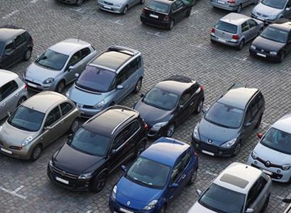 Pražané, plaťte za parkování v centru 183 tisíc ročně, navrhl aktivista. Jinak...
