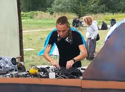 Rozverný Bartoš se odvázal, polonazí fanoušci sebou škubali do rytmu. Koluje VIDEO z letní párty