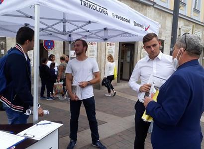 """""""Ať jdou s tím eurem do p*dele,"""" řekl nám muž u petičního stánku Svobodných. Trikolóra, Svobodní a Soukromníci v boji za českou korunu"""