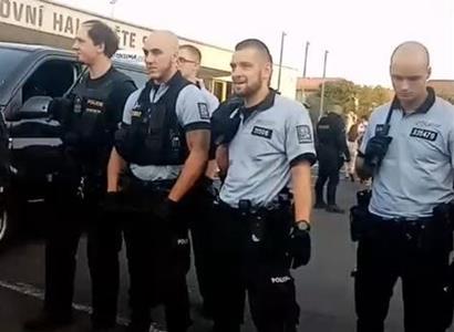 """VIDEO """"Policajt mi dal pistoli k hlavě, že mě střelí."""" Šlo o krk. Romové ze Sokolova mají vztek"""