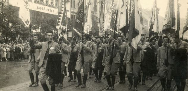Prahou kráčí velký průvod. Masaryk symbolicky dovede lid ke svatému Václavu