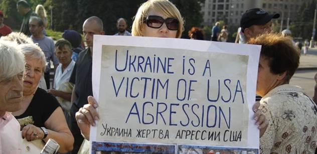Její dům je mezi stanovištěm Ukrajinců a povstalců. Utekla ke Kyjevu, stát jí nepomáhá a žije z pomoci miliardáře