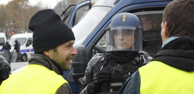 Brutální VIDEO: Francouzský policista vpálil demonstrantovi gumový projektil přímo do tváře