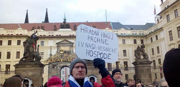 FOTO Putinometní listy, Zemane, vypadni. Tihle pánové nenávidí vzdělání, chtějí národ hlupáků. Odpůrci prezidenta mu demonstrovali pod okny, velké sólo měl Martin C. Putna