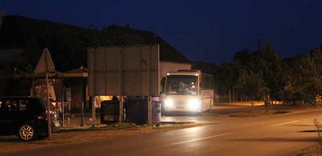Policisté v Calais v akci. Uprchlíci podnikli stovky pokusů o překonání tunelu