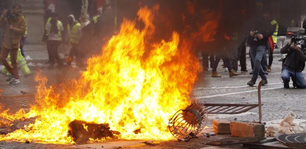 """Reportér PL v ohnivých ulicích rozbouřené Paříže: """"Macrone, demisi!"""". Desítky tisíc lidí protestují. Bitky s těžkooděnci, vodní děla a slzný plyn"""