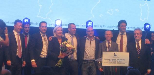 Okamura se s Le Penovou a Hoferem ve Vídni domlouval, jak se zbavit Merkelové a Junckera, jak zničit EU a vracet migranty. Byli jsme u toho a bylo to fakt husté