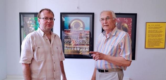 Praha 5: Petr Lachnit zahájil výstavu koláží Pavla Dosoudila v Komunitním centru Prádelna