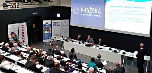 NATO už mělo být dávno zrušeno, rozjel se v Praze vlivný Rus. Jen u nás podkopává demokracii