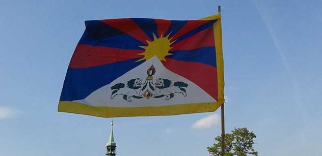 Zeman si rýpl do radnic za věšení tibetských vlajek a Kalousek vyletěl