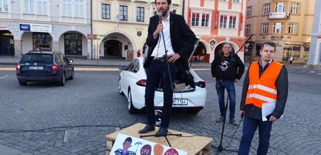 FOTO Močení na Andreje Babiše! Sešli se občané a mezi nimi vysoký činitel ČSSD. A bylo veselo