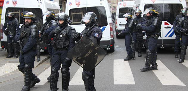 Útoky na francouzskou policii. Ministr má řešení, zákaz pyrotechniky. Český právník si přisadil hláškou o migrantech