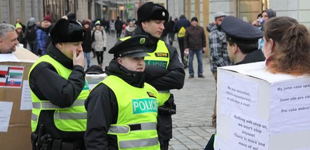 Exvelvyslanec: Protest proti sjezdu s Le Penovou a Wildersem zachránil čest Čechů. Za Havla sem jezdili umělci, herci, zpěváci...