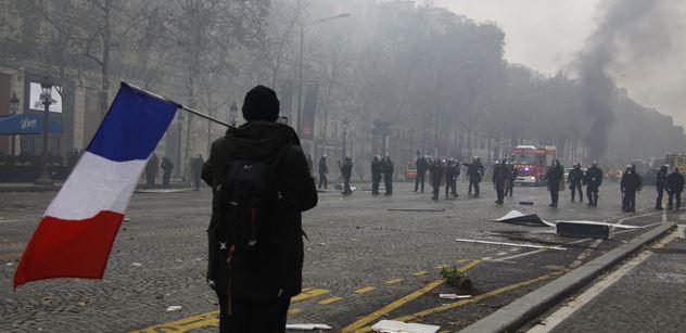 Rozbouřená Francie. Analytik přináší zásadní souvislosti před nedělním hlasováním. Jde tady o Macrona a Le Penovou