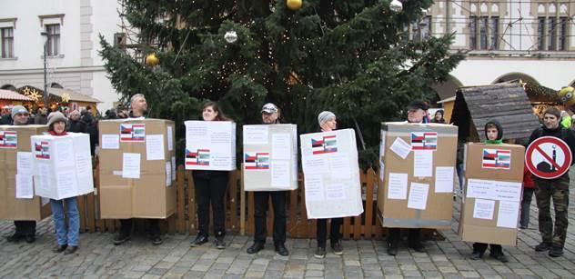 FOTO Narodil se Mohamed. Pásli ovce musláci, hormony se splašily... Vánoční happening v Olomouci varoval před islámským radikalismem