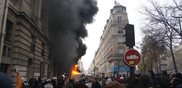 """""""Kurva Macron!"""" řvali demonstranti a zapálili auto. Francie zažívá generální stávku a čelí dopravnímu kolapsu"""