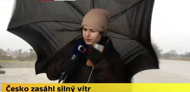 A šlus. Redaktorce ČT uletěl deštník, a nejen ten. Ale Češi mají ze Sabine srandu