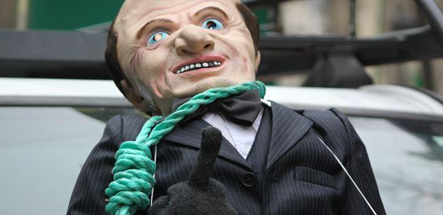 Le Penová zakousnutá do Macrona. Výhoda, kterou dříve neměla. A přízrak totálního zvratu