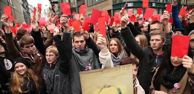 Organizátor demonstrace s kartami je zhnusen Zemanovým výkladem. Žádná ambasáda, natož americká, jej prý neplatí