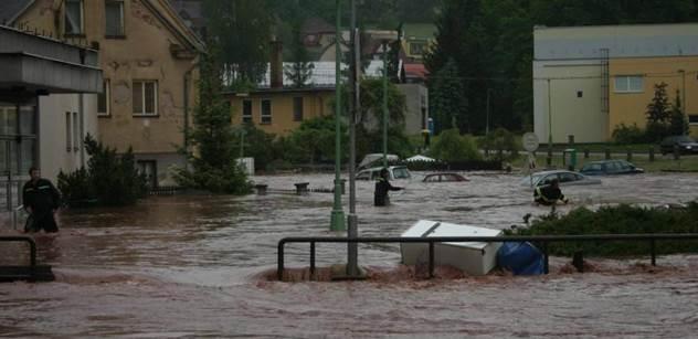 Prudká bouře v Praze lámala stromy a zaplavila sklepy a garáže