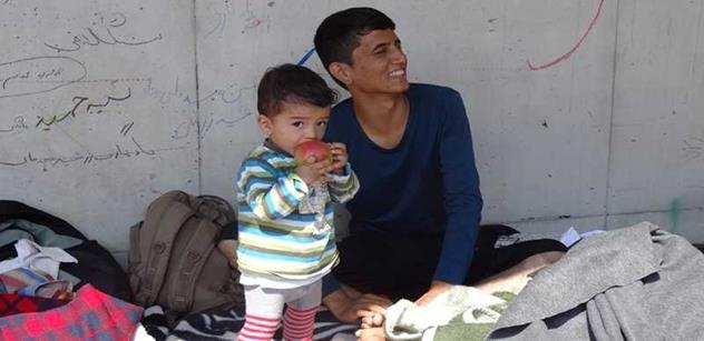 """Píšou mi """"islámská děvko"""", přitom já chci jen podat uprchlíkovi vodu. Konvička je psychopat. Otřesné zážitky české dobrovolnice"""