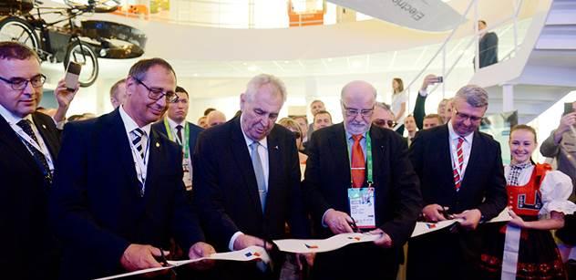 Zeman na světové výstavě popíchl novináře citací Gottwalda. Pak obdivoval neuvěřitelný vynález