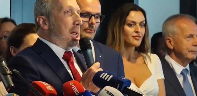 Klaus ml. utřel Bakalu. A řekl: Klaus st. bude jezdit za Orbánem a Faragem. Sál jásal