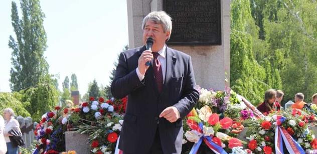 Šéf komunistů před památníkem rudoarmějců: Jsou lidé, kteří nechtějí přijmout pravdu. Rudá armáda rozhodla druhou světovou válku