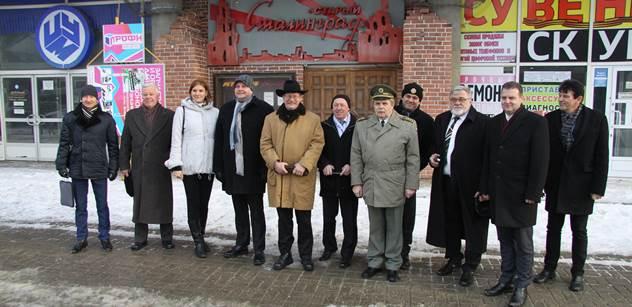 """FOTO """"Ač ateista, říkám, že Putin je pro Rusko boží dar stejně jako Zeman pro Česko."""" Pravda o výpravě českých politiků do Stalingradu"""