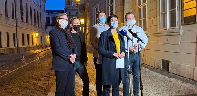 Opoziční pětka vyzvala Babiše. Vystoupili společně v rouškách