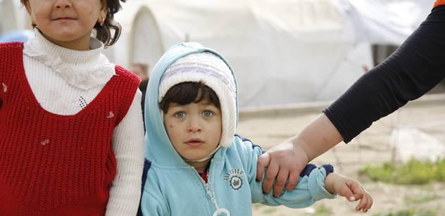 Tvrdá realita: Polovina řeckého uprchlického tábora je v troskách, 15 zraněných