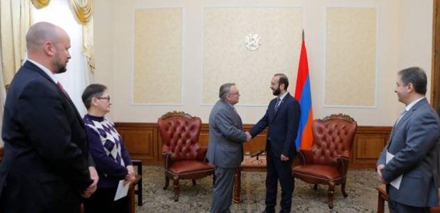 Arménský předseda sněmovny se setkal s českým velvyslancem. Na tomto se dohodli