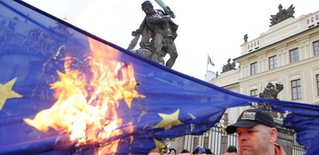 VIDEO Spálené vlajky EU. Italským internetem se šíří drsná výzva