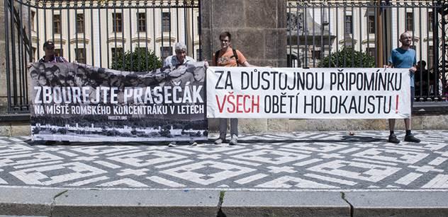 Demonstrace pod Zemanovými okny: Jeden známý odpůrce prezidenta, pět dalších lidí a dva transparenty...