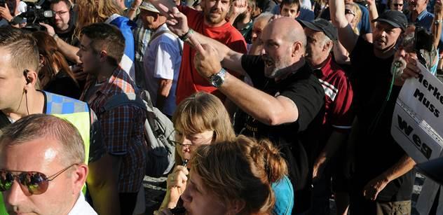 FOTO, ze kterého jde strach: Lidé před Hradem dali najevo, co cítí k Merkelové. A pak se servali o vlajku