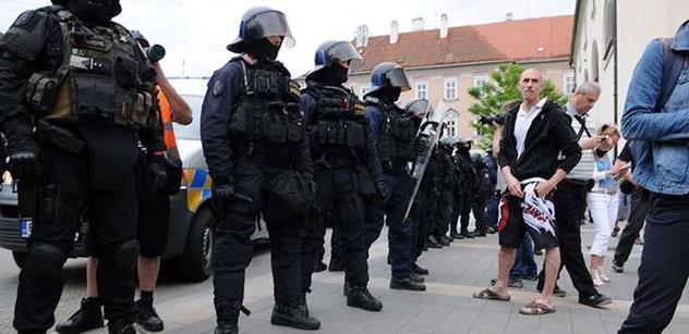 Studentka FAMU, která skočila na policistu a dnes ji osvobodili, dostala sólo na ČT