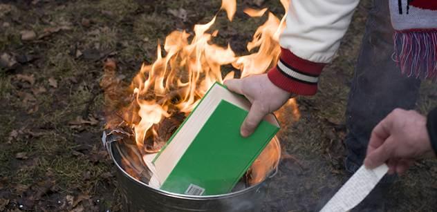 Korán v plamenech! Křik a policie.V pražské Stromovce byla zapálena posvátná kniha islámu a bylo kolem toho pořádně horko