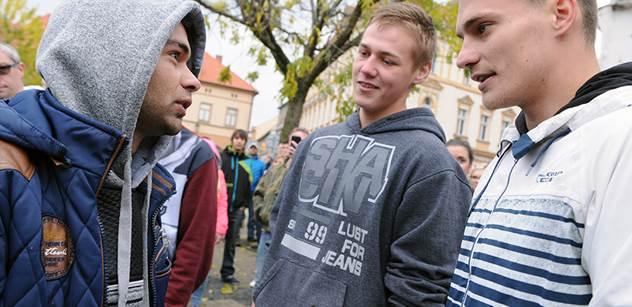 """""""Čechy Čechům. Černý huby!"""", """"Tak pojď, rozdáme si to tady!"""" Drsný střet Romů a neonacistů v Žatci"""