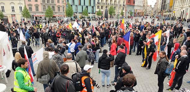 Ať skautka z Brna, co se postavila neonacistům, dostane od Zemana medaili, naznačil novinář
