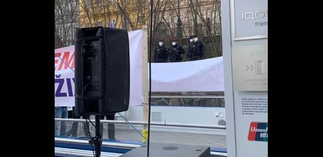 Novinka: Protest proti covidu zamaskován. Policie zakročila. A bylo veselo