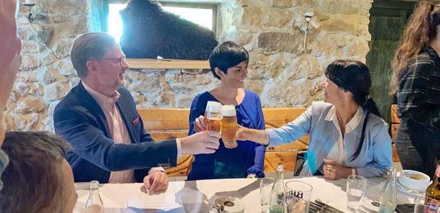 ODS a TOP 09 budou před volbami spolupracovat. Fiala s Pekarovou to stvrdili pivem
