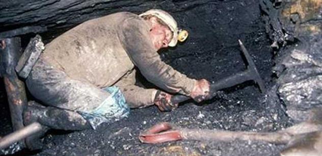 Záchranáři po čtvrteční tragédii vyprostili další tři těla horníků, hrozí další výbuch
