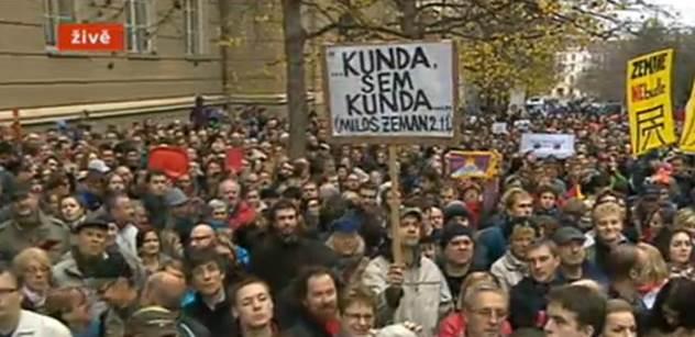 Nebuď prase, táhni do Moskvy. Poslouchej Kisku, ty šmejde. Byli jsme v davu, který řval na Zemana před čtyřmi prezidenty