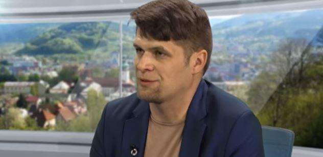 Česko pomáhá uprchlíkům málo, tvrdí v tomto televizním rozhovoru politik Zelených. Migrantům bychom se prý měli věnovat mnohem víc