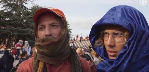 VIDEO Žádní rasisté v ulicích! V Dánsku začal platit zákaz zahalování, fanoušci burek dali hlasitě najevo svůj odpor
